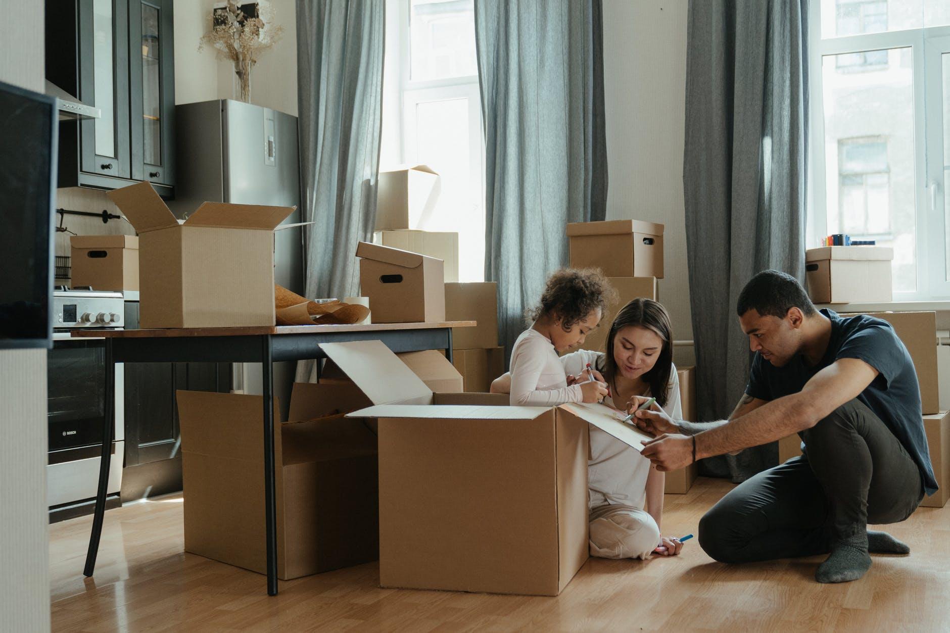 une famille emballe ses cartons pour déménager